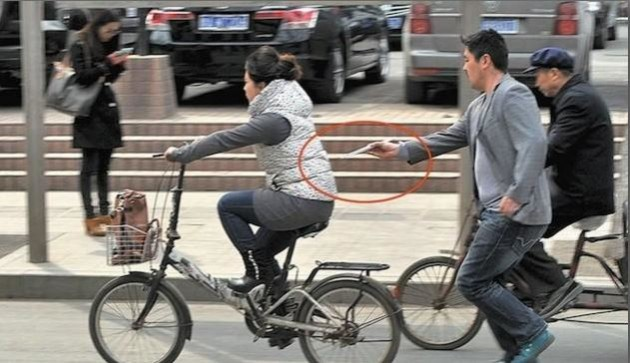 Pickpocket pris en flagrant délit de vol d'iPhone avec des baguettes!