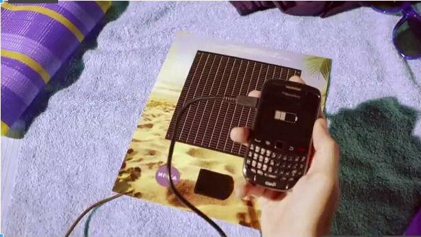 chargeur solaire sponsorisé par Nivea, intégré dans un magazine papier au Brésil