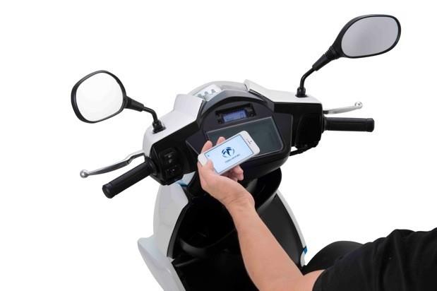l'iPhone utilisé comme ordinateur de bord pour scooter électrique