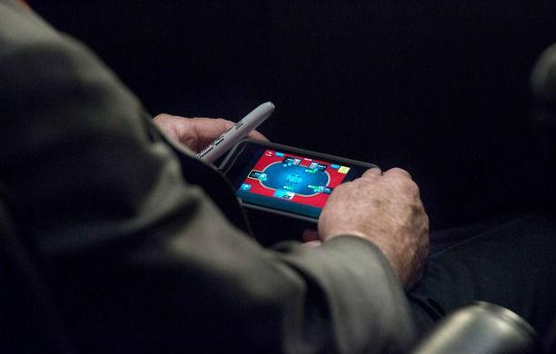 Le sénateur John McCain joue au Poker sur son iPhone au Congrès