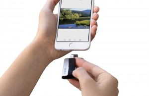 iXpand_Flash_Drive_to_iPhone_HR