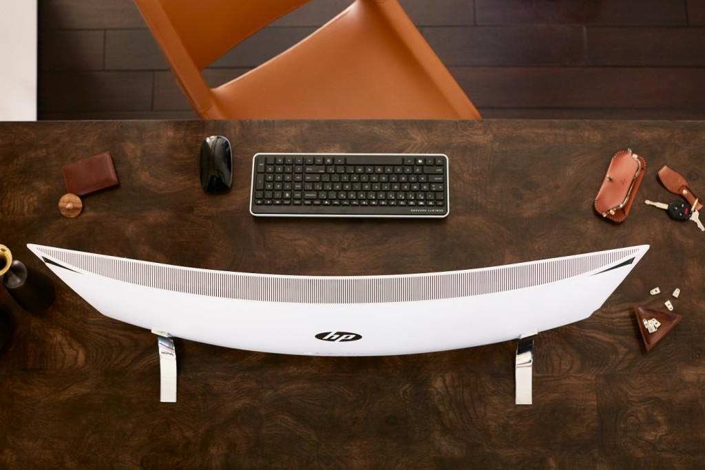 HP ENVY Curved All-in-One_on desk_lifestyle